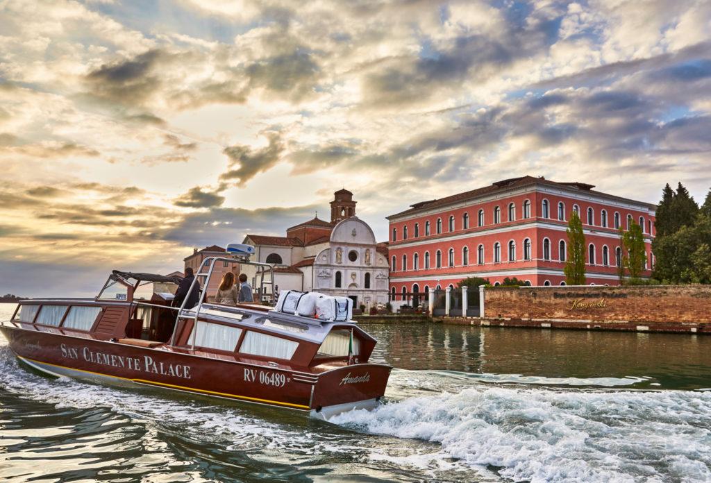 1 San Clemente Boat and Exterior 2048x1392 1024x696 - Viaggio di nozze: 5 destinazioni tra lusso e sostenibilità
