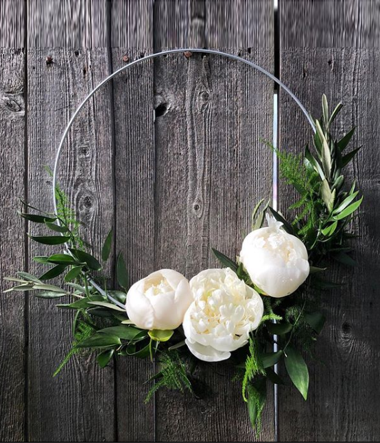 Casey Montante su Instagram Hoping the hoopbouquet is the next big thing 🌿 bohowedding weddingflowers copia - Matrimonio Total White: l'ultima tendenza wedding