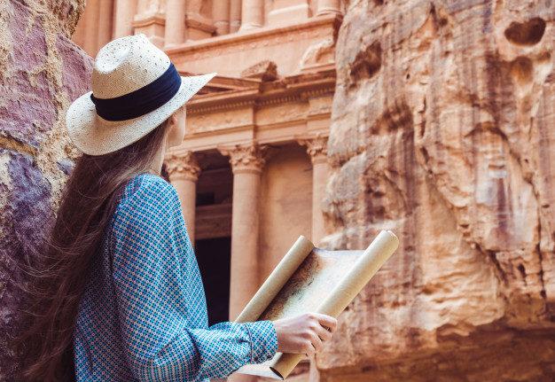 woman exploring sights city petra 78967 635 e1566808584302 - Viaggio di Nozze nella romantica Giordania