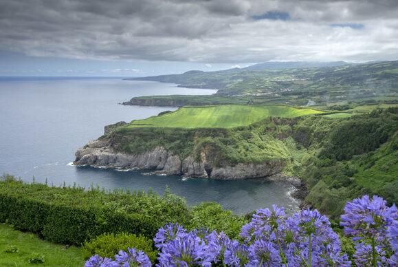 vista della costa e delle scogliere con abbondante vegetazione nel corso della giornata con nuvole sao miguel isola delle azzorre portogallo 162447 8 e1579605336900 - Luna di Miele tra Portogallo e Azzorre